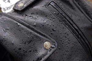 На кожаной куртке после дождя остаются пятна